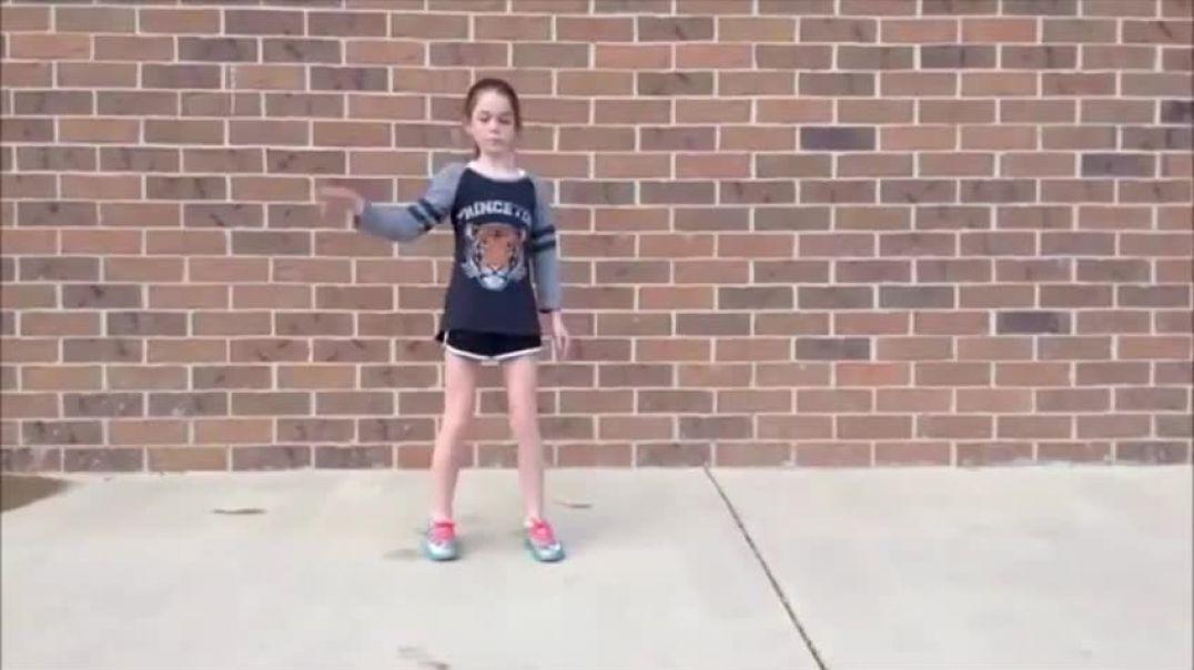 11-тилетняя девочка танцует под Dubstep